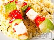 Вегетариански шишчета с тиквички, червени чушки, чери домати, сирене и гарнитура от кускус